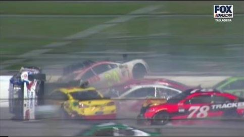 Espectacular accidente en la NASCAR