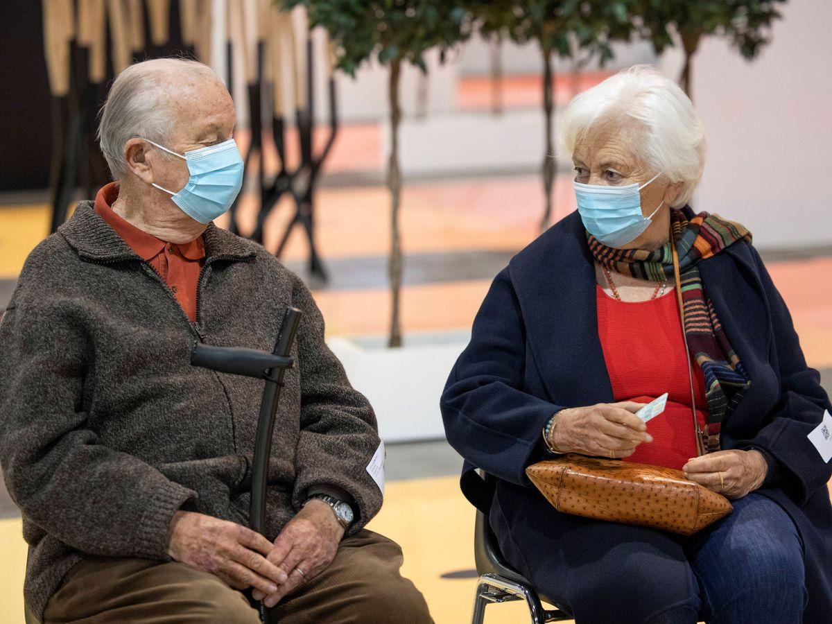 Foto: Alberto y Paola de Bélgica, recibiendo su turno para la vacuna este mismo jueves en Bruselas. (Reuters)