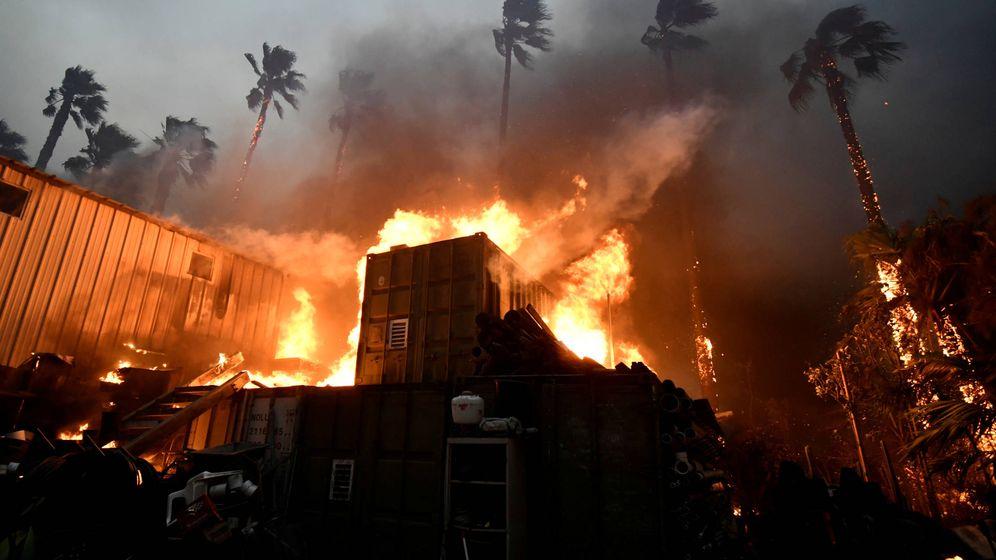Foto: Una vivienda en llamas durante el incendio Woolsey en Malibú, el 9 de noviembre de 2018. (Reuters)