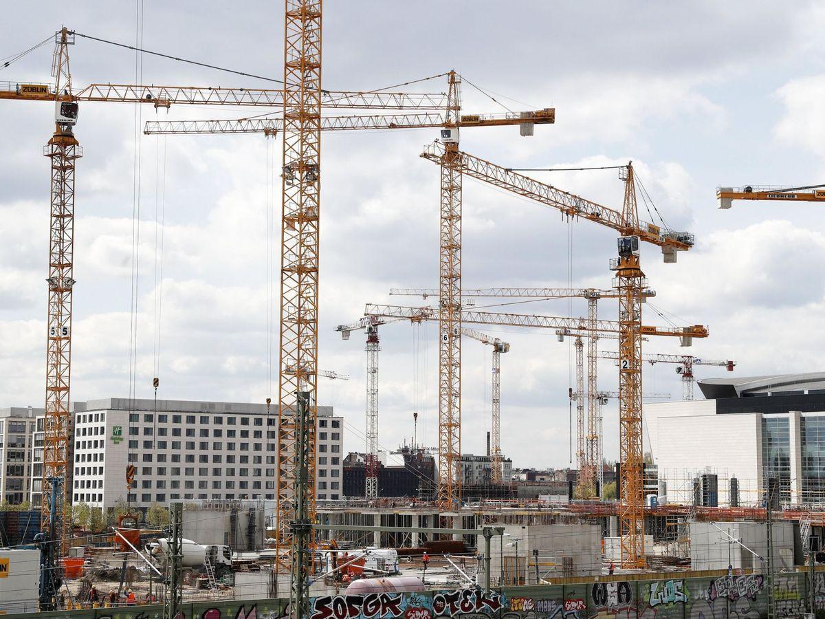 Foto: Vista de varias grúas en una zona de construcción de viviendas. (EFE)