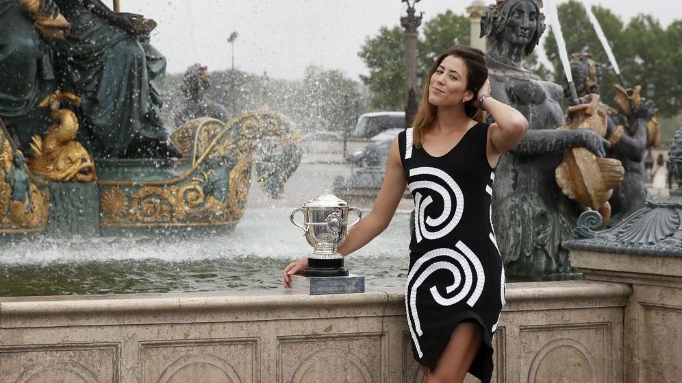 Foto: Garbiñe Muguruza posa con su trofeo en la fuente de la Plaza de la Concordia, de París. (EFE)