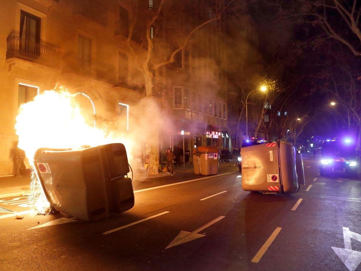 Foto: Decenas de personas, algunas de ellas encapuchadas, se están manifestando por el centro de Barcelona. (EFE)