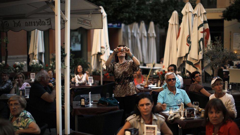 Turistas y locales pasan de la alarma en Málaga y el Ayuntamiento cierra las terrazas