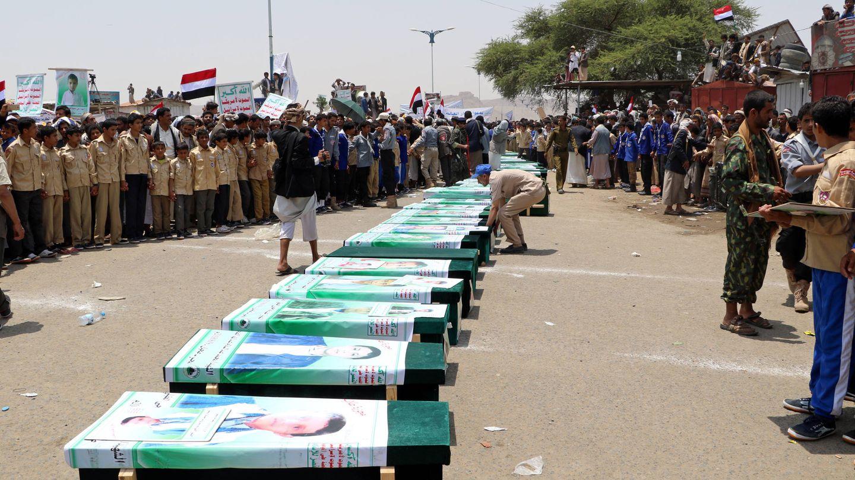 Funeral de víctimas, entre ellas muchos niños, de un bombardeo saudí contra un autobús en el norte de Yemen, en Saada. (Reuters)