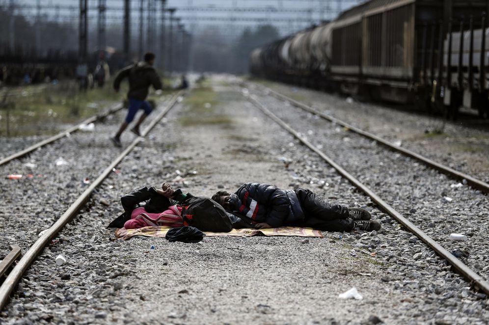 Foto: Dos refugiados duermen en una vía de tren cerca de la frontera entre Grecia Y Macedonia, en Idomeni (Reuters).