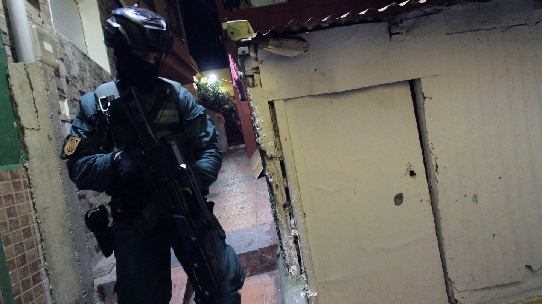 Un miembro de las fuerzas de seguridad durante la operación contra el tráfico de drogas en Ceuta. (EFE)