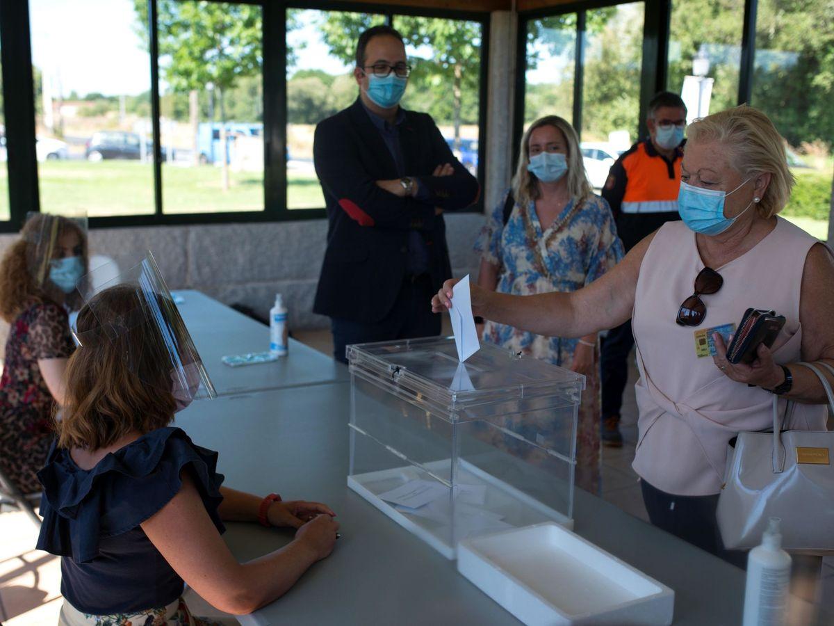 Foto: Votación simulada durante la visita a un colegio electoral antes de las elecciones gallegas. (EFE)
