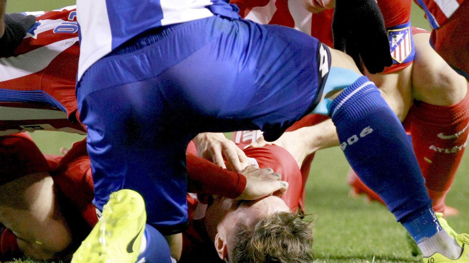 Foto: Fernando Torres, atendido por compañeros nada más sufrir el percance en Riazor (EFE)