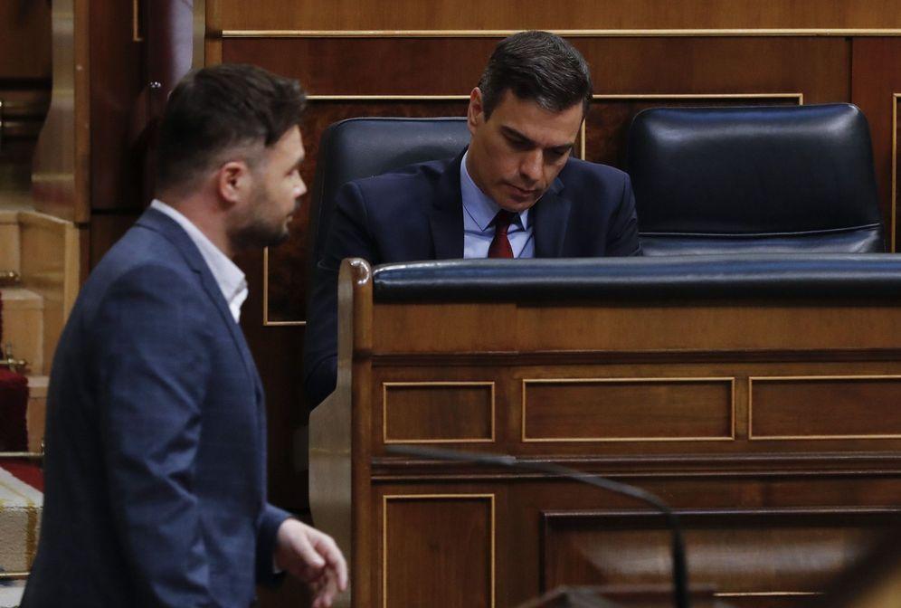 Foto: El portavoz de ERC, Gabriel Rufián, pasa delante de Pedro Sánchez, este 20 de mayo en el Congreso. (EFE)