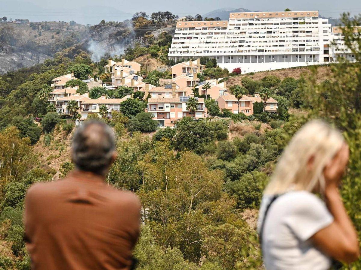 Foto: Los vecinos observan las llamas junto a las viviendas. (Germán Pozo)