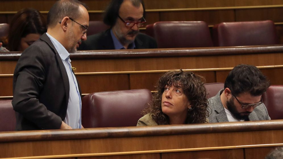 Foto: El portavoz del PdeCat, Carles Campuzano (i), conversa con los diputados de ERC, Teresa Jordá (c) y Gabriel Rufián (d). (EFE)