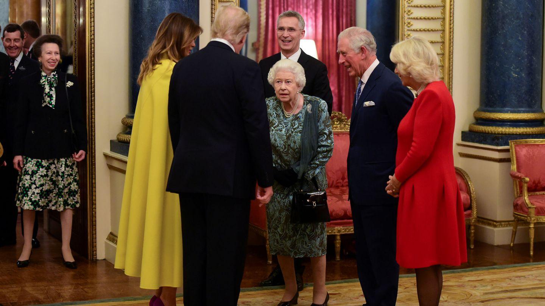 El momento del besamanos que se ha convertido en trending topic, con la princesa Ana a la izquierda. (Reuters)