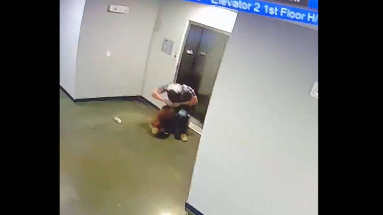 Un hombre salva a un perro de morir ahogado por su propia correa en el ascensor