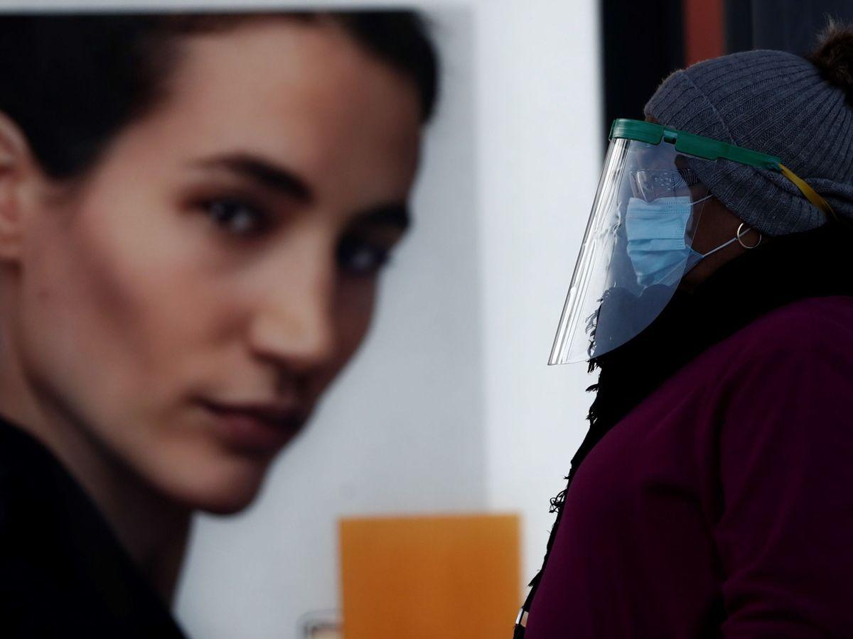 Foto: Una mujer protegida con mascarilla y una pantalla en las inmediaciones de la estación de Atocha, en Madrid. (EFE)