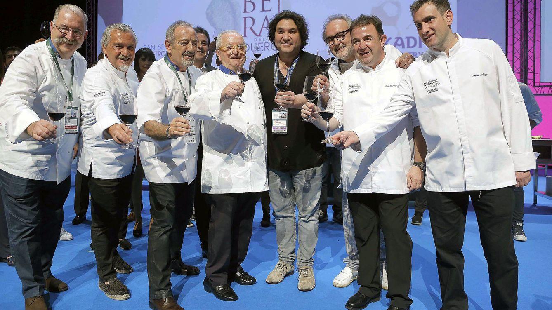 Foto: Los cocineros Pedro Subijana (i), Carlos Arguiñano (3i), Juan Mari Arzak (4i), Ramón Roteta (3d), Martín Berasategui (2d), Josean Alija (d), durante el homenaje que ha recibido en la XVIII edición de San Sebastián Gastronomika (Foto de Archivo EFE)