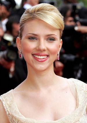 Johansson da calabazas a su novio: es demasiado joven para casarse