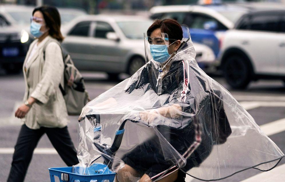 Foto: Una mujer conduce una bicicleta por las calles de Wuhan. (Reuters)