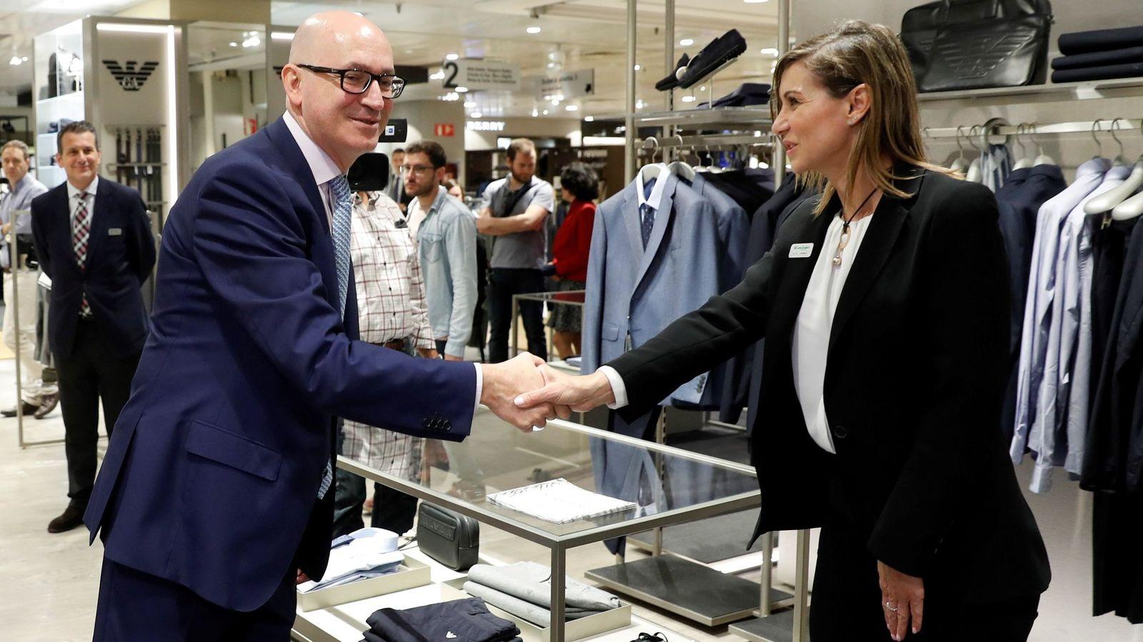 Foto: El presidente de El Corte Inglés, Jesús Nuño de la Rosa, saluda a una de las empleadas de uno de los establecimientos del grupo en Madrid. (EFE)