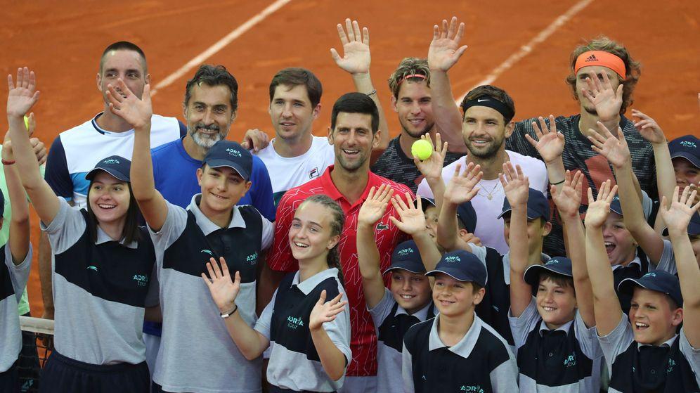 Foto: Novak Djokovic posa sonriente junto a compañeros y niños presentes en el Adria Tour celebrado entre Serbia y Croacia. (Reuters)