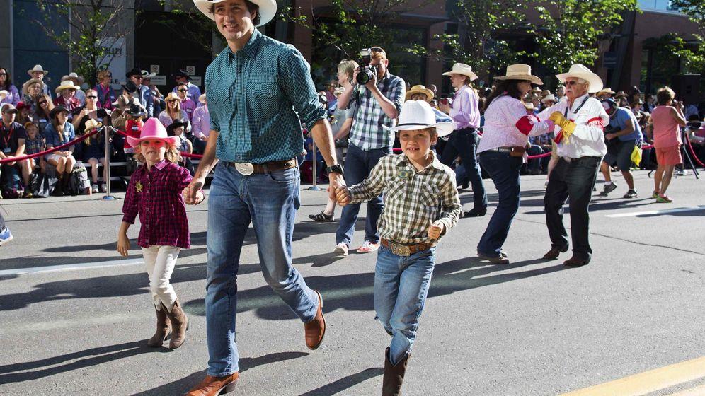Foto: Trudeau pasea con sus hijos durante un desfile en Calgary, Alberta, el 4 de julio de 2014 (Reuters).