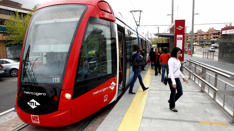 Foto: Uno de los convoyes del Metro Ligero Oeste. (EFE)
