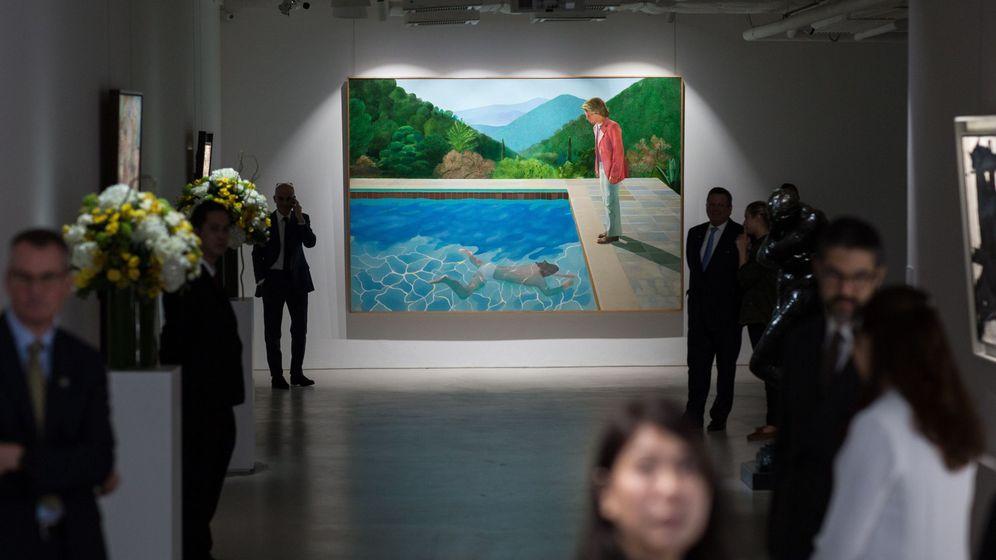 Foto: Los últimos afortunados contemplan en un museo la obra 'Retrato de un artista'. (EFE)