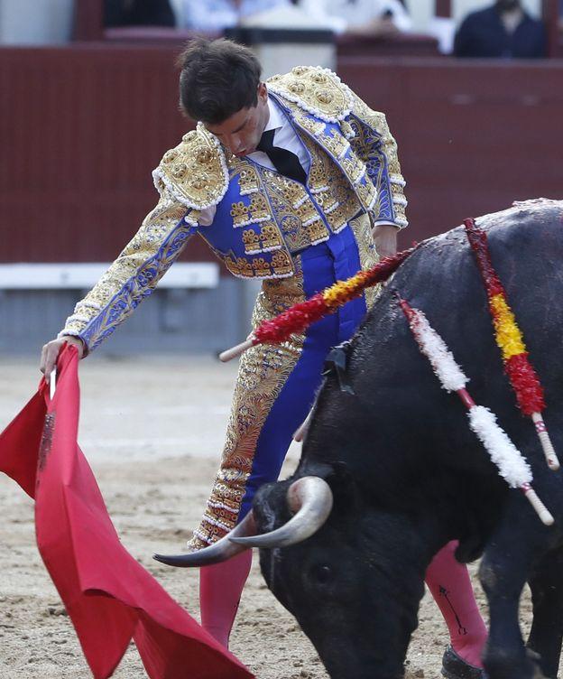 Foto: El diestro Rubén Pinar, en la faena a su primer toro.