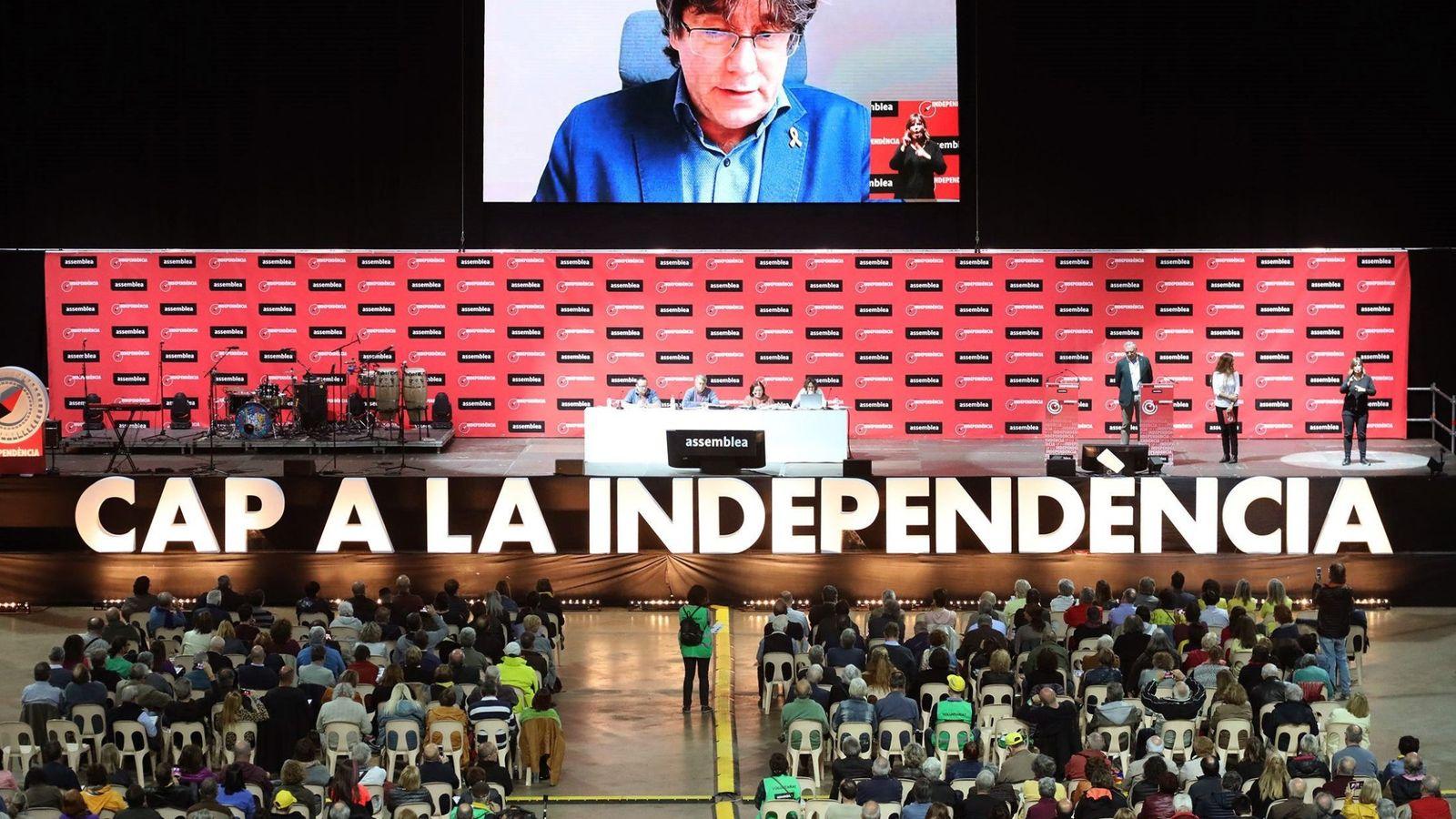 Foto: Intervención telemática de Carles Puigdemont durante la Asamblea General Ordinaria de la ANC que se ha celebrado este domingo. (EFE)