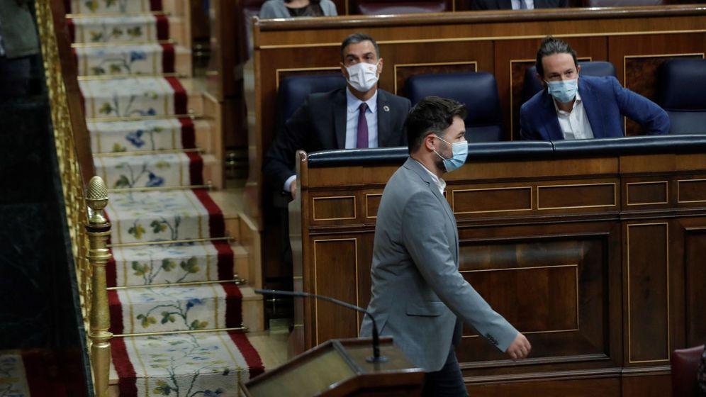Foto: El portavoz de ERC, Gabriel Rufián, pasa ante el escaño de Pedro Sánchez y de Pablo Iglesias. (EFE)