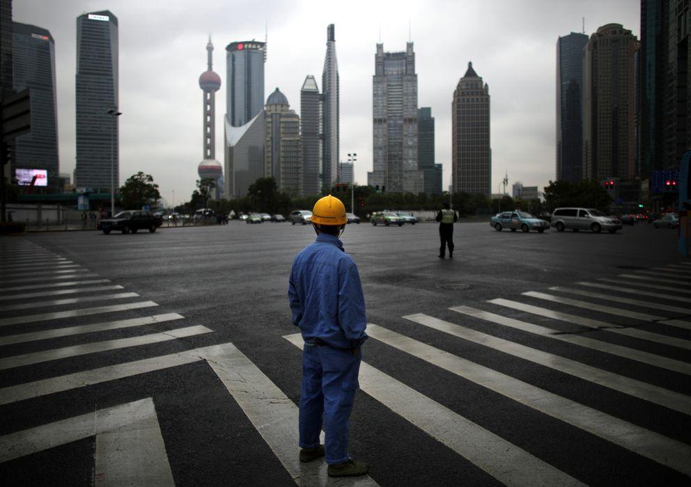 Foto: Un obrero de la construcción observa el distrito financiero de Pudong, en Shanghai, China. (Reuters)