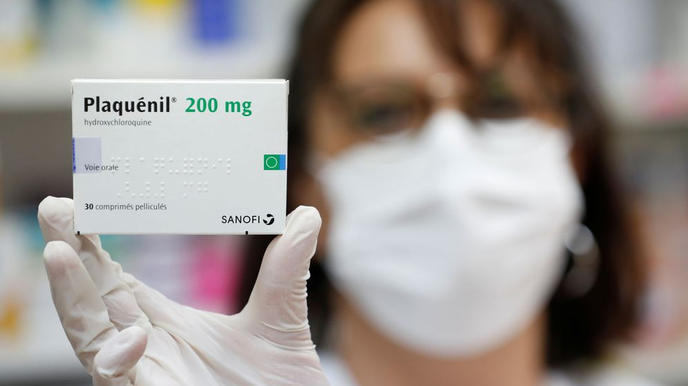 Foto: Una farmacéutica sostiene una caja de pastillas con hidroxicloroquina (Reuters)