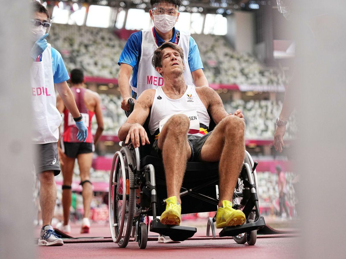 Foto: Thomas van der Plaetsen sufre una dura caída que le obliga a abandonar en silla de ruedas. (EFE)