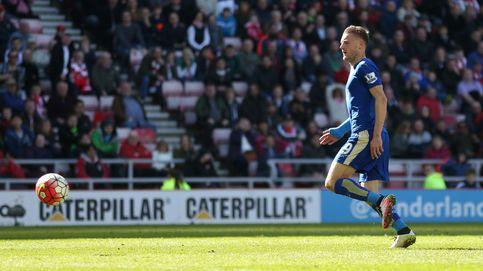 El doblete de Vardy da la victoria a un Leicester cada más cerca del título