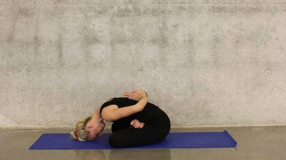 Foto: Mujer estirando sobre esterilla de yoga (Foto: Unsplash)