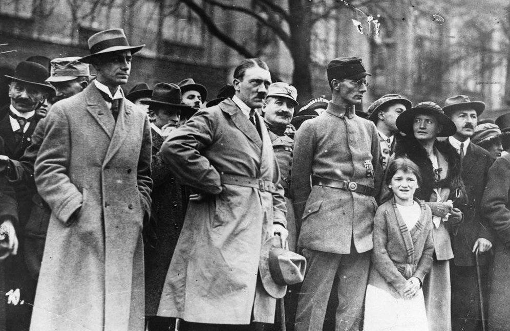 Foto: A la izquierda, Alfred Rosenberg junto a Adolf Hitler y Friedrich Weber, durante el Putsch de Múnich, en noviembre de 1923