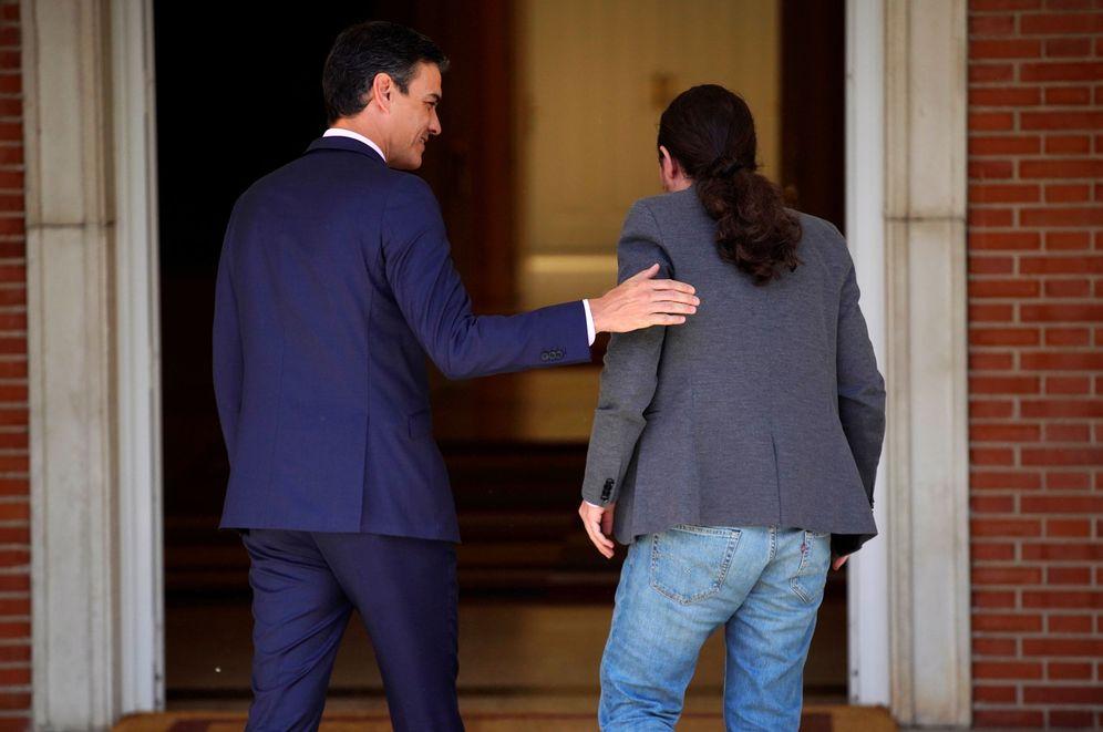 Foto: Pedro Sánchez y Pablo Iglesias, antes del comienzo de su reunión en la Moncloa del pasado 7 de mayo. (Reuters)