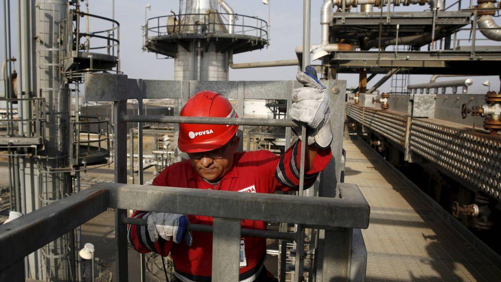 Foto: Un trabajador de PDVSA en el complejo industrial José Antonio Anzoategui, en abril de 2015. (Reuters)