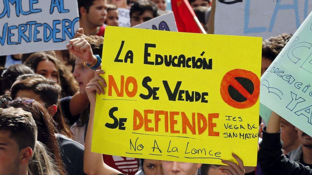 Foto: Varios jóvenes con carteles durante una manifestación contra as reválidas, los recortes y la Lomce. (EFE)