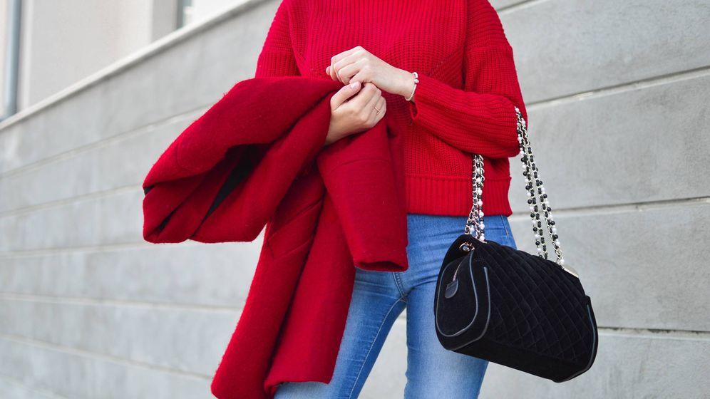 Foto: En tu armario no puede faltar un abrigo rojo. (Cortesía)