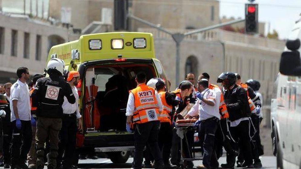 Foto: Médicos israelíes trasladan a la mujer a un centro hospitalario tras ser apuñalada. (Reuters)
