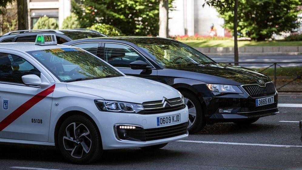 Foto: Un taxi y un VTC en Madrid. (EFE)
