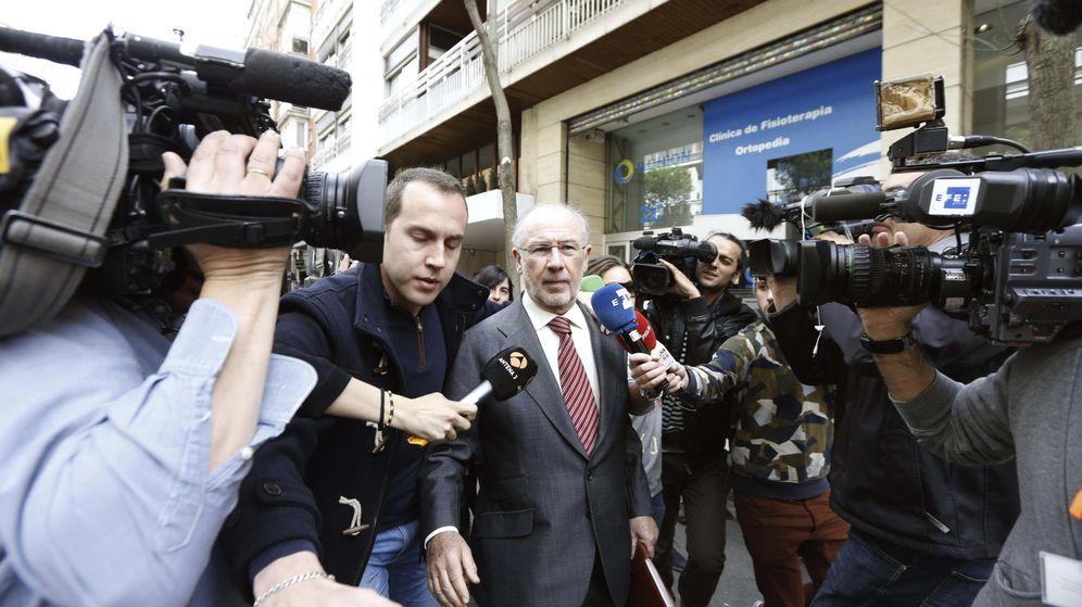 Foto: Rodrigo Rato sale ayer de su domicilio, tras presenciar un registro en su despacho. (Efe)