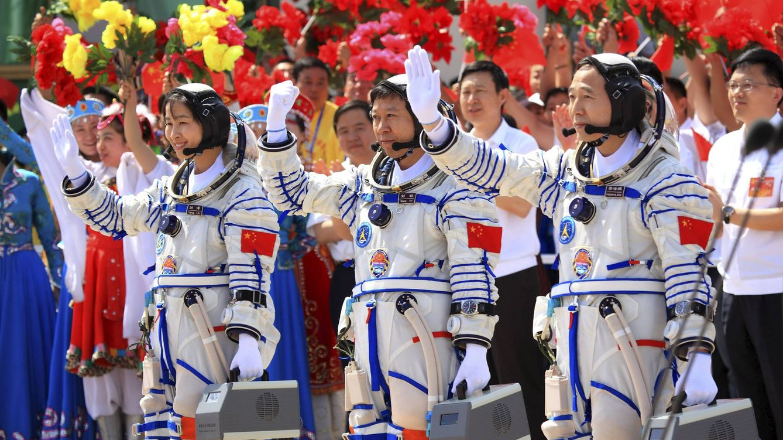 Foto: Tres astronautas chinos saludan antes de embarcarse en una misión en junio de 2012. (EFE)