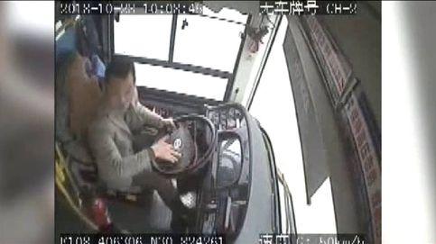 Una pelea hizo que un autobús cayera al río en China