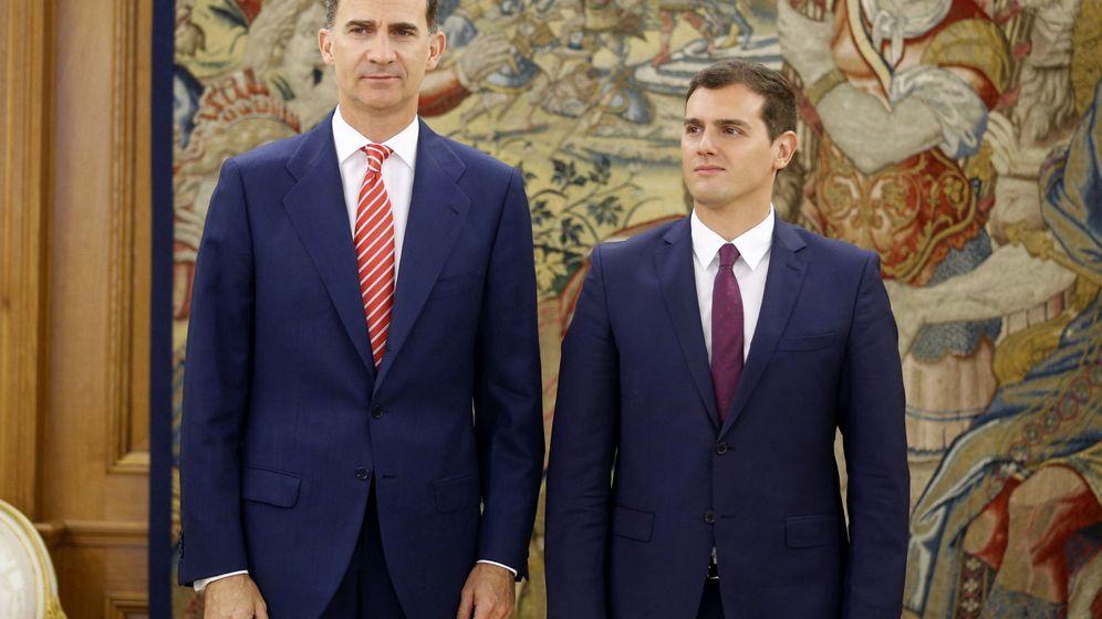 Foto: El Rey posa tras su reunión con el líder de C's, Albert Rivera. (Reuters)