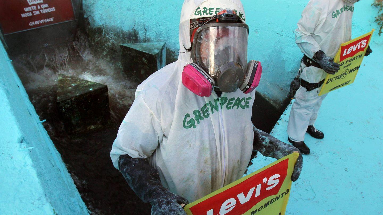 Activistas de la organización Greenpeace protestan en la descarga de residuos de la empresa textil Kaltex. EFE