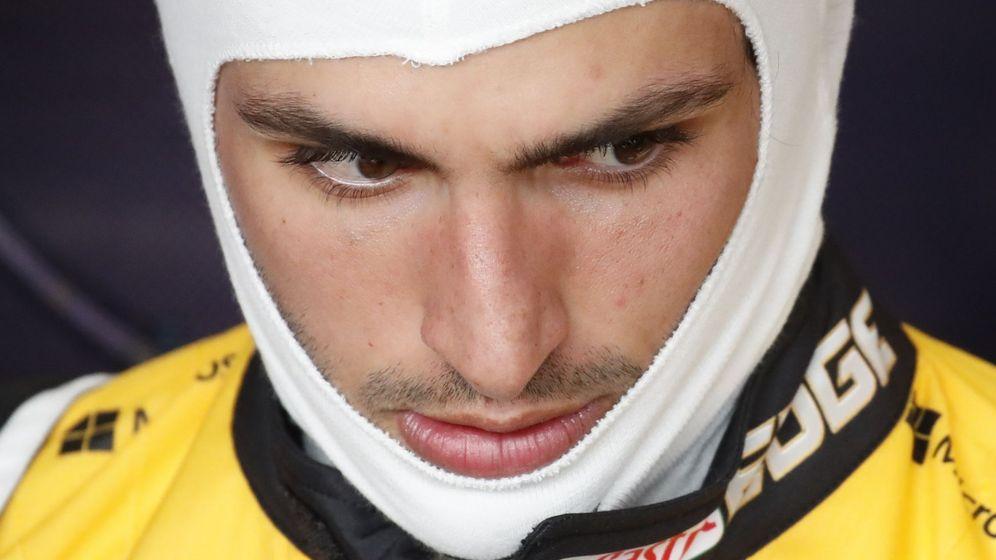 Foto: Carlos Sainz antes de montarse en su Renault este domingo. (EFE)