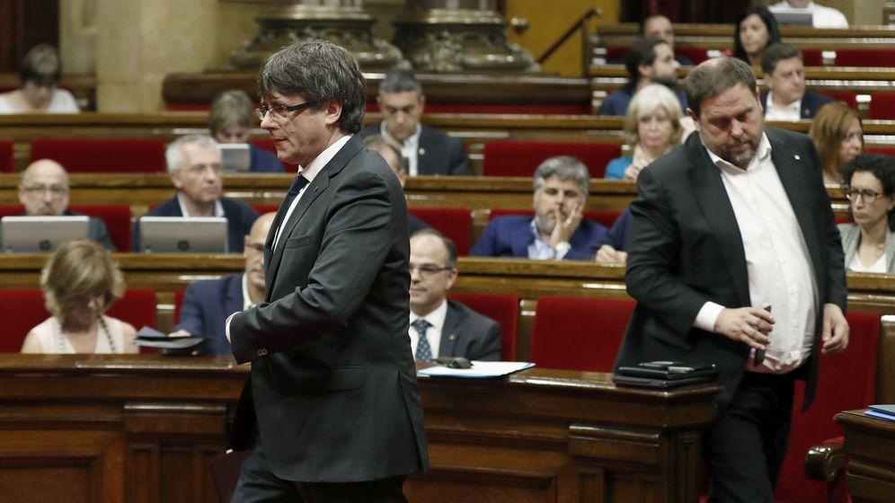 Foto: El presidente de la Generalitat, Carles Puigdemont (i), y el vicepresidente del Govern, y 'conseller' de Economía, Oriol Junqueras. (EFE)