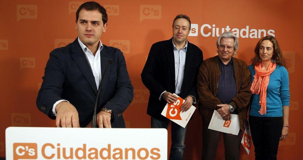 Foto: El presidente de Ciutadans, Albert Rivera (i), en la sede del partido junto a Javier Nart (2d), Juan Carlos Girauta (2i) y Carolina Punset (d) (EFE)