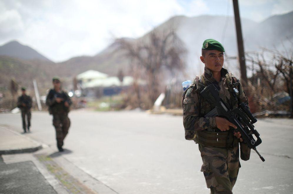 Foto: Eefectivos de las fuerzas armadas francesas patrullan en la isla de San Martín tras el paso del huracán Irma. (Reuters)